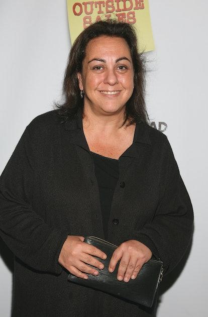 Tara Krsian arriva a un evento.  Ha i capelli scuri lunghi fino alle spalle e indossa tutto il nero.