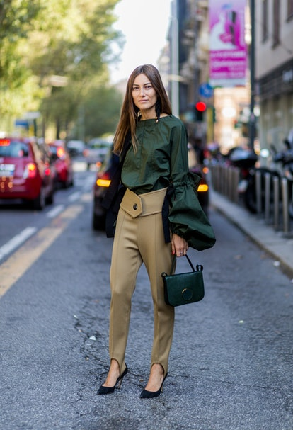 Stirrup trousers with a voluminous top and heels.