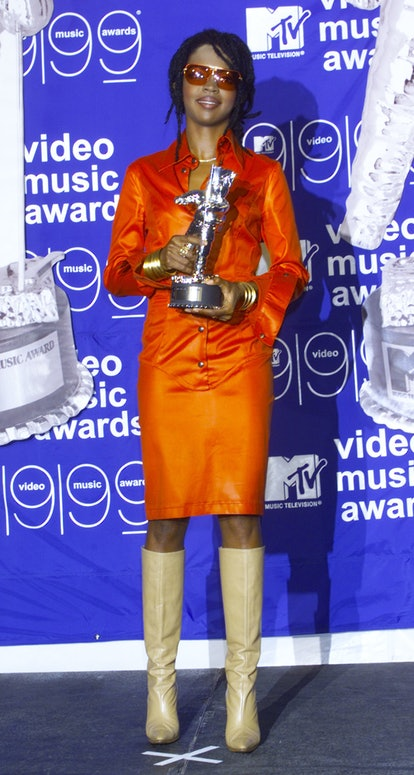 P368462 01: Singer Lauryn Hill poses with her trophy backstage at the MTV Video Music Awards at Linc...