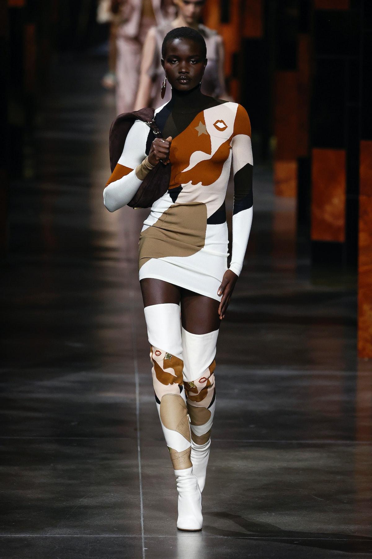 میلانو ، ایتالیا - 22 سپتامبر: یک مدل در هنگام نمایش مد Fendi در طول میلان وو روی باند پیاده روی می کند ...