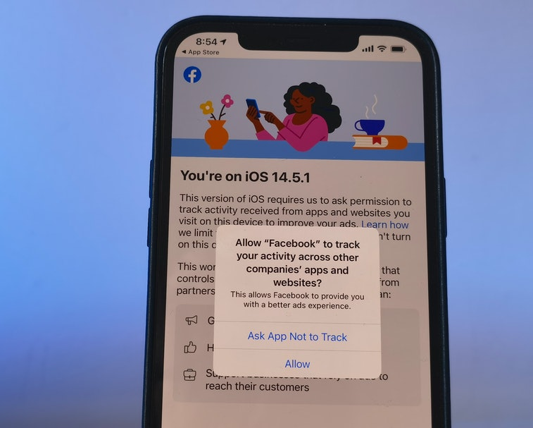 05 May 2021, Berlin: A privacy notice appears on an iPhone 12 under the new iOS 14.5.1 operating sys...