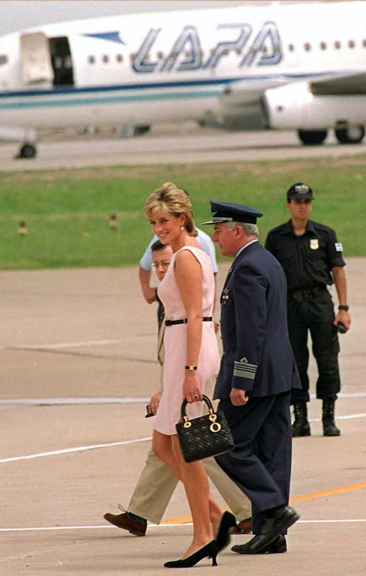 پرنسس ولز ، لیدی دیانا ، در 26 نوامبر هنگام حرکت با هلیکوپتر به روزنامه نگاران نگاه می کند ...