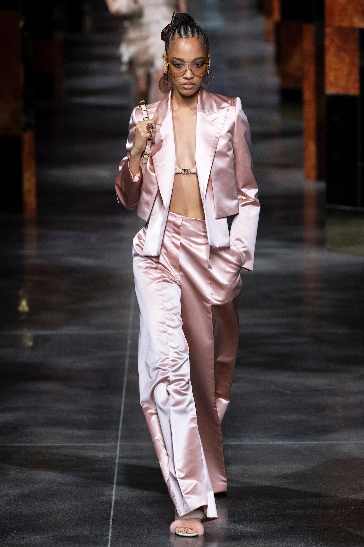 میلان ، ایتالیا - 22 سپتامبر: یک مدل در باند پیاده روی در طول Fendi Ready to Dress Spring/Summer 2 قدم می زند ...