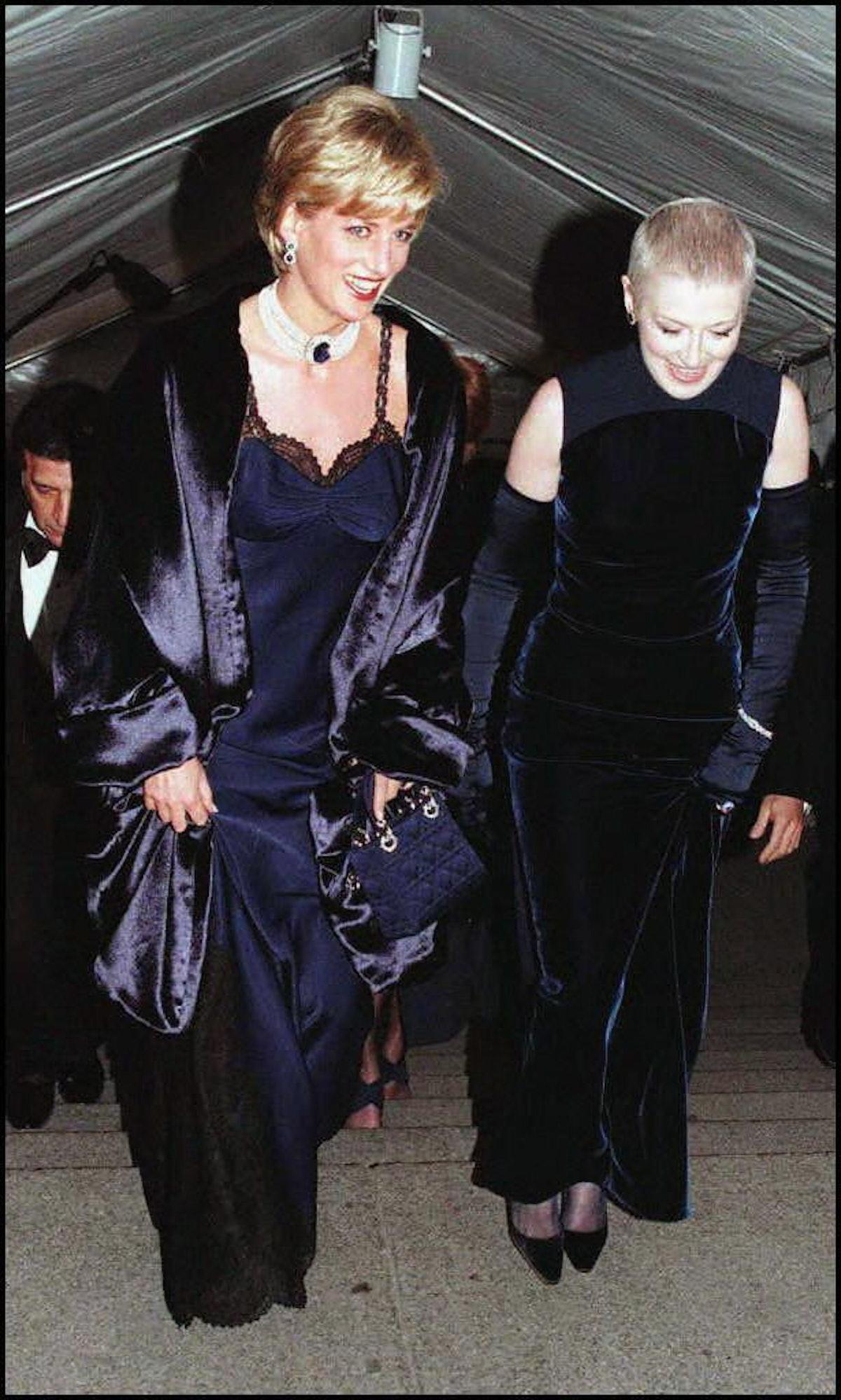 نیویورک ، ایالات متحده: دیانا پرنسس ولز (سمت چپ) به همراه دوست نزدیکش ، لیز تیلبریس وارد ...