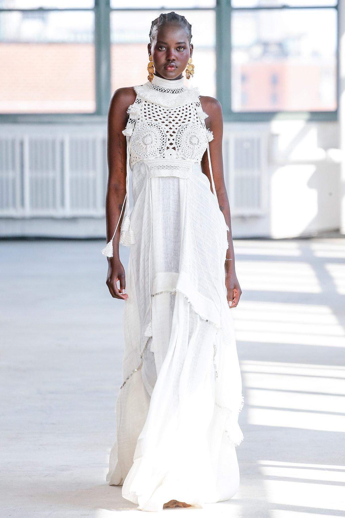 نیویورک ، نیویورک - 12 سپتامبر: یک مدل در طول پیاده روی Altuzarra Ready to Wear Sprin روی باند پیاده روی می کند ...