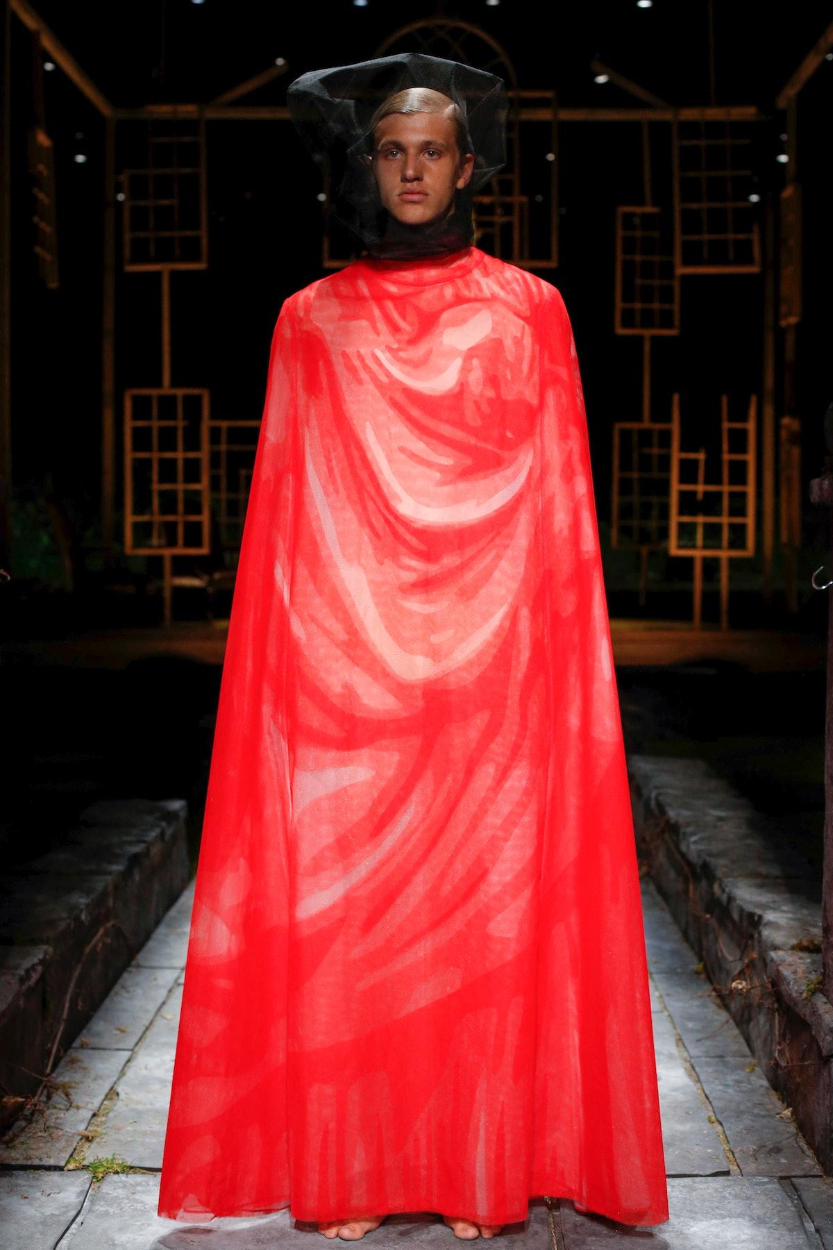 نیویورک ، نیویورک - 11 سپتامبر: یک مدل در طول Thom Browne Ready to Wear Spring روی باند پیاده روی می کند ...