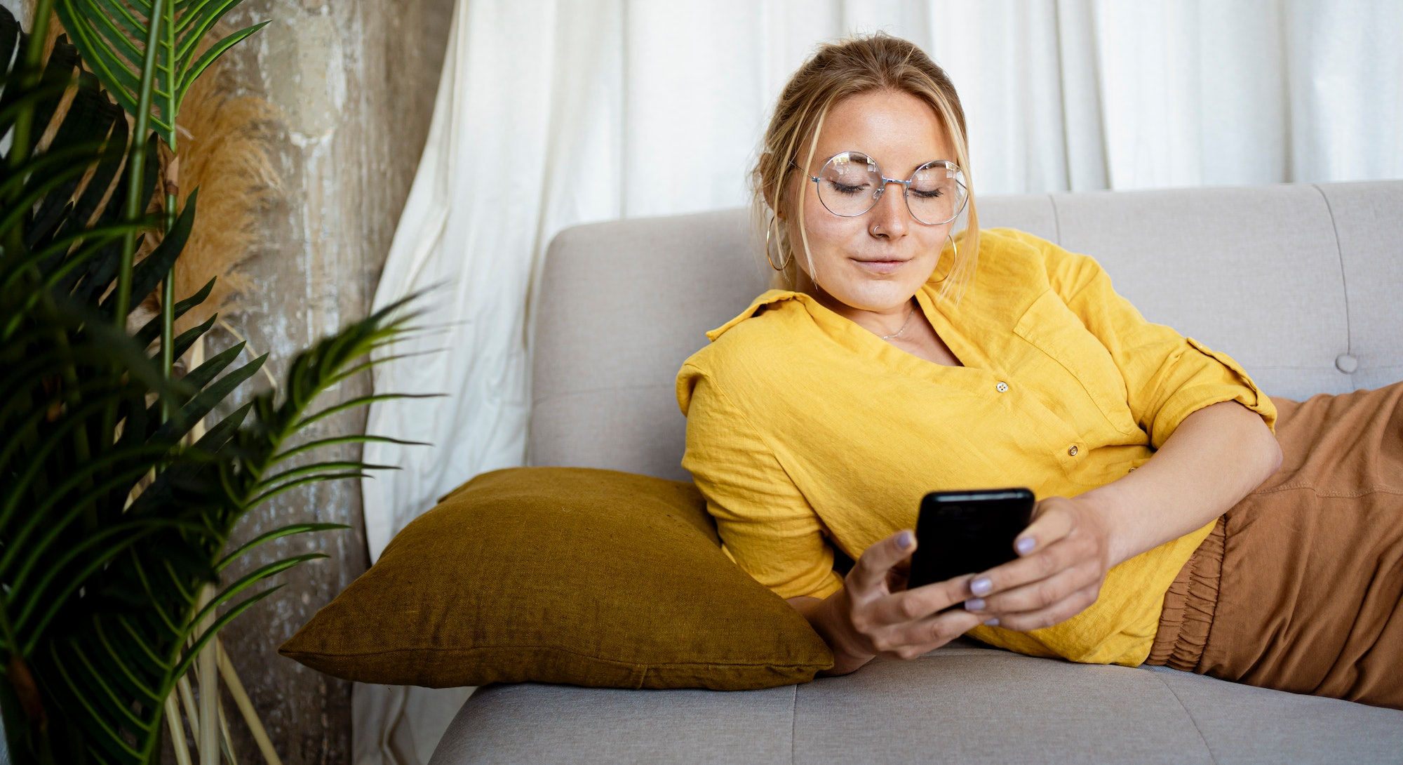 A woman updates her iPhone to iOS 15 for the features.