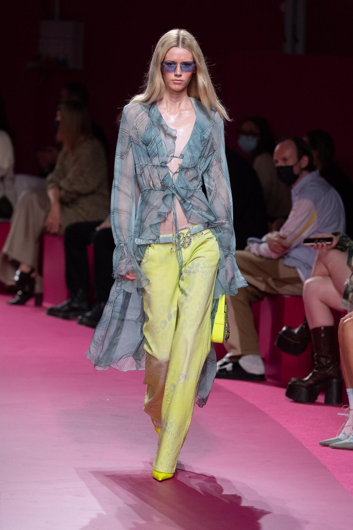 میلان ، ایتالیا - 23 سپتامبر: یک مدل در طول Blumarine Ready to Dress/Summare روی باند پیاده روی می کند ...