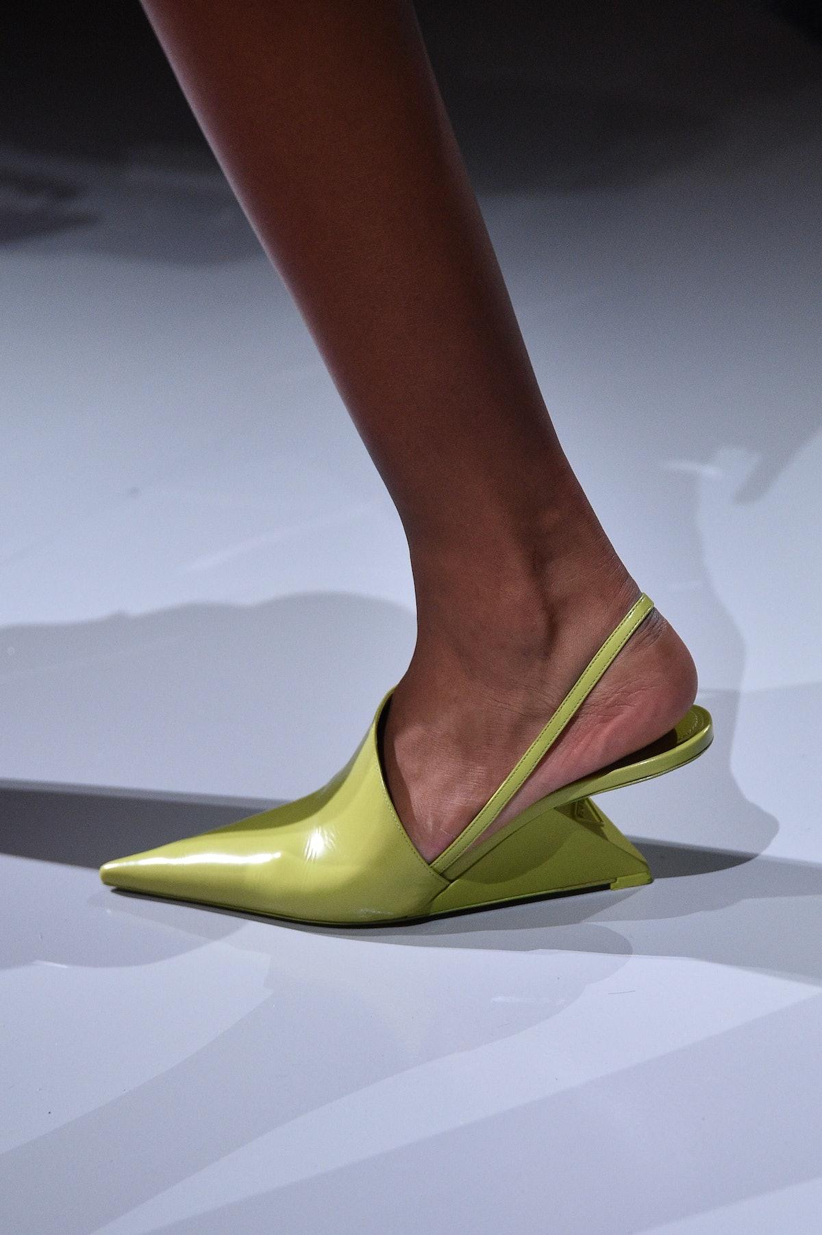 میلان ، ایتالیا - 24 سپتامبر: یک مدل ، جزئیات کفش ، روی باند پیاده روی در لباس زنانه پرادا بهار /...