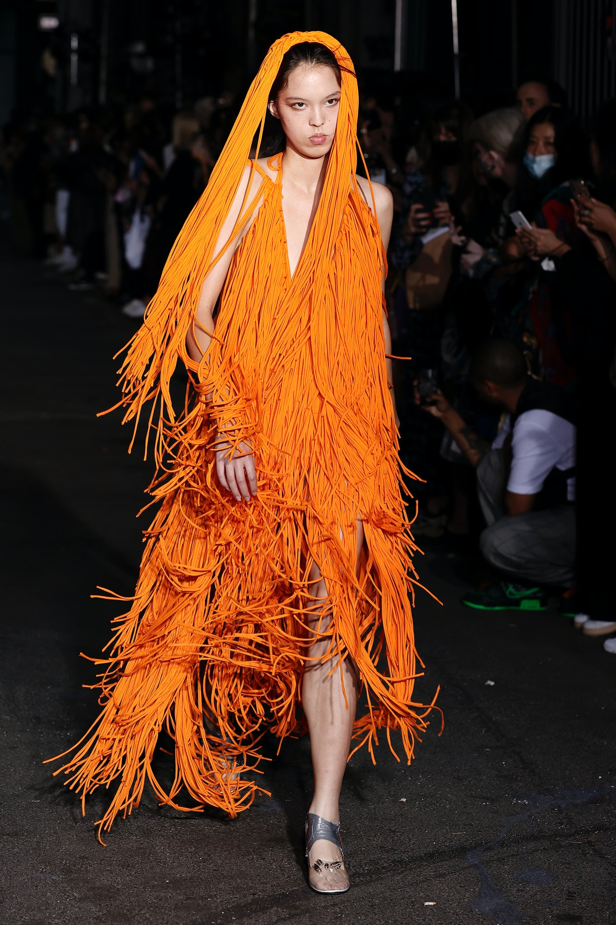 نیویورک ، نیویورک - 12 سپتامبر: یک مدل در نیویورک روی باند Vaquera پیاده می رود: نمایش ها در Se ...