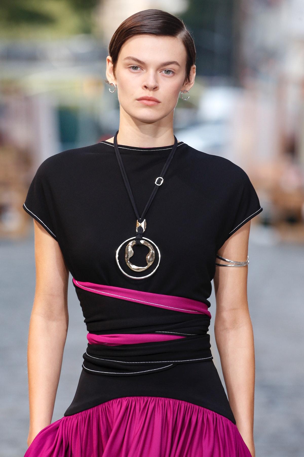 نیویورک ، نیویورک - 12 سپتامبر: یک مدل در طول Tory Burch آماده پوشیدن باند روی باند پیاده روی می کند ...