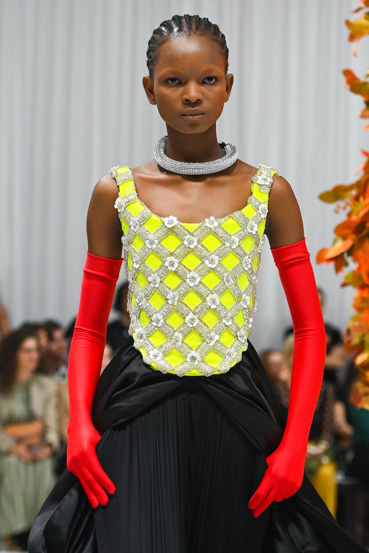 لندن ، انگلستان - 21 سپتامبر: یک مدل در نمایشگاه ریچارد کوین در فاسد لندن روی باند پیاده روی می کند ...