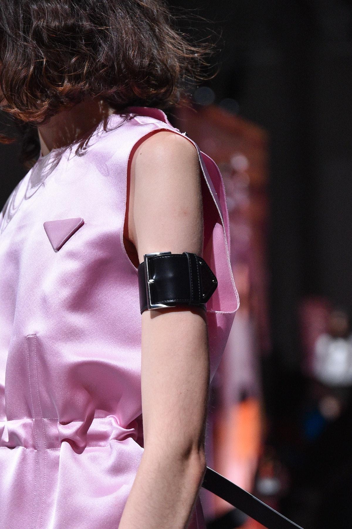 میلان ، ایتالیا - 24 سپتامبر: یک مدل ، جزئیات مد ، روی باند فرودگاه Prada Womenswear Sprin پیاده روی می کند ...