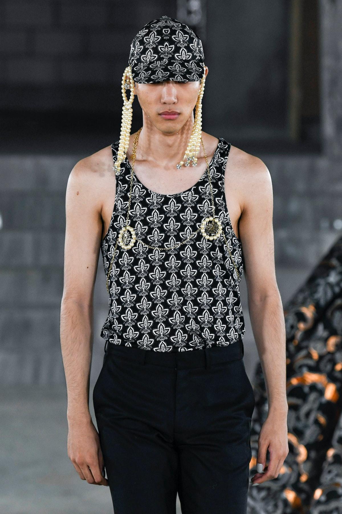 لندن ، انگلیس - 17 سپتامبر: یک مدل هنگام ادوارد کراچلی آماده پوشیدن لباس روی باند پیاده روی می کند ...