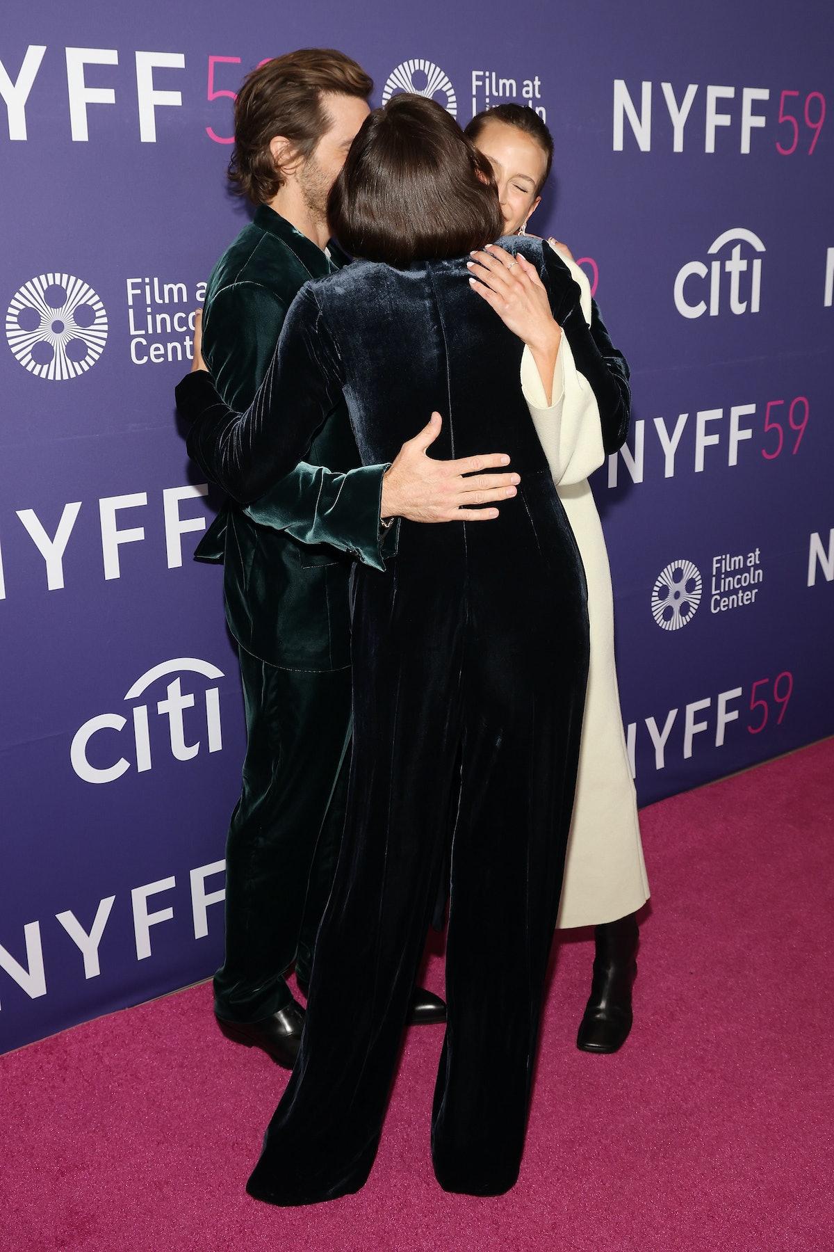 نیویورک ، نیویورک - 29 سپتامبر: مگی جیلنهال جیک جیلنهال و ژان کادیو را در محل بغل در آغوش می گیرد ...