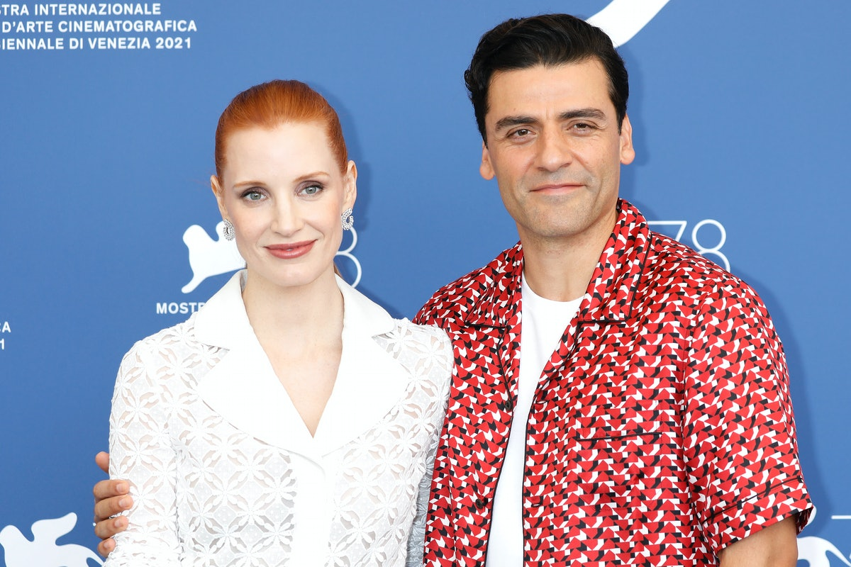Oscar Isaac and Jessica Chastain went viral in a video showing off their chemistry on the red carpet...