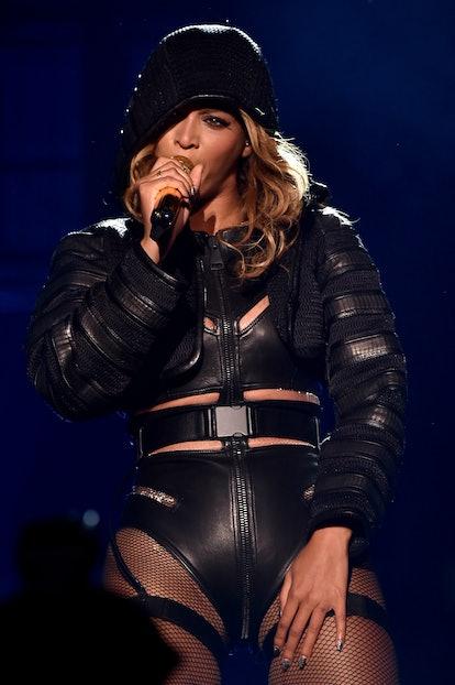 Beyonce's makeup artist Sir John says a top fall 2021 makeup trend is cat eyeliner.