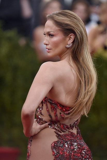 Jennifer Lopez wears brushed back hair to the 2015 Met Gala.
