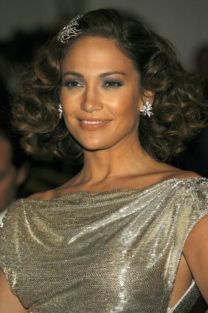 Jennifer Lopez's goes flapper girl at the 2007 Met Gala with short curls and a glitzy hair clip.
