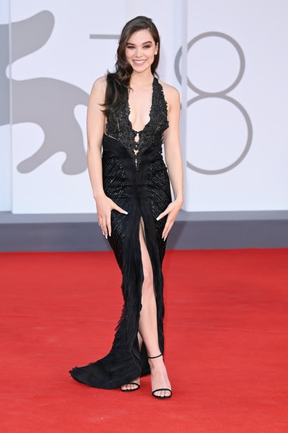 """VENICE, ITALY - SEPTEMBER 04: Hailee Steinfeld attends the red carpet of the movie """"Competencia Ofic..."""