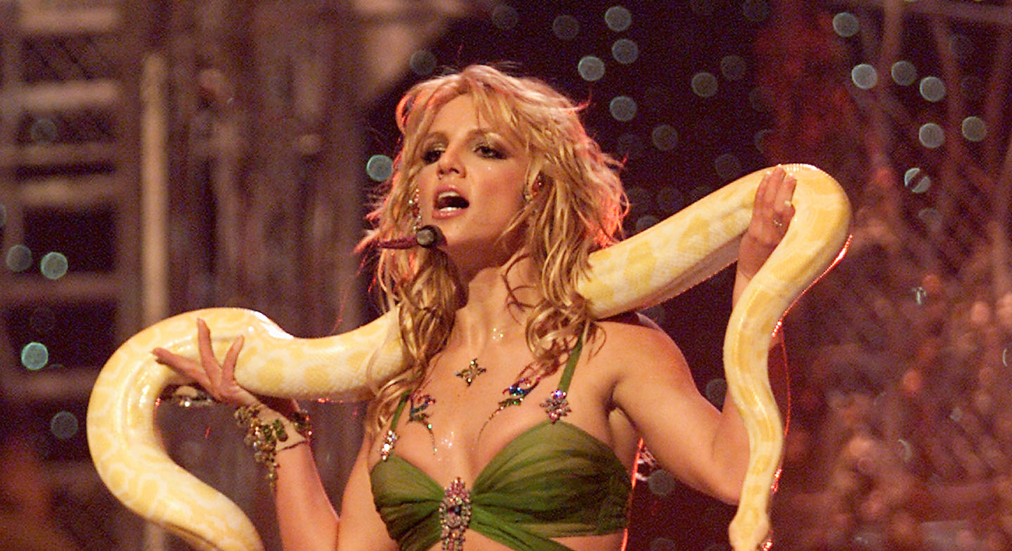 Britney Spears performs at the 2001 MTV VMAs.
