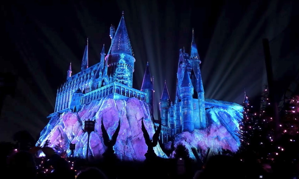The Wizarding World Of Harry Potter\'s Christmas Light Show Is Almost ...