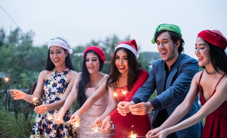 7 New Year\'s Resolutions To Make With Your Friends When The Ball Drops