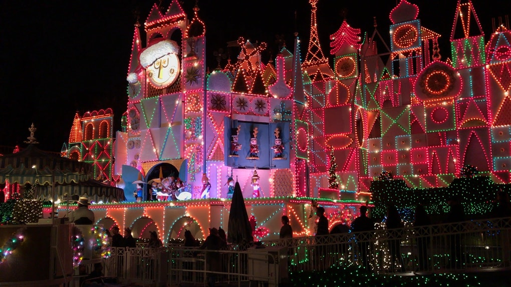 Disneyland During Christmas Time.8 Pictures Of Disneyland At Christmastime To Give You A Dose