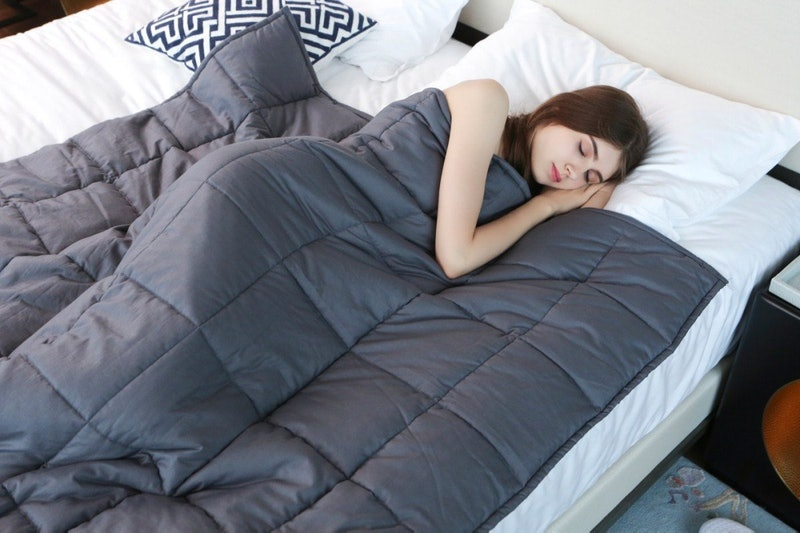 6 Benefits Of Using A Weighted Blanket That'll Make You Want To Try One