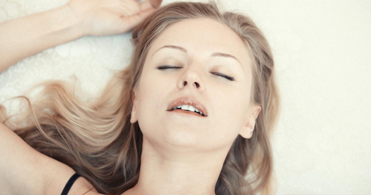 Блондинка обкончалась от оргазма