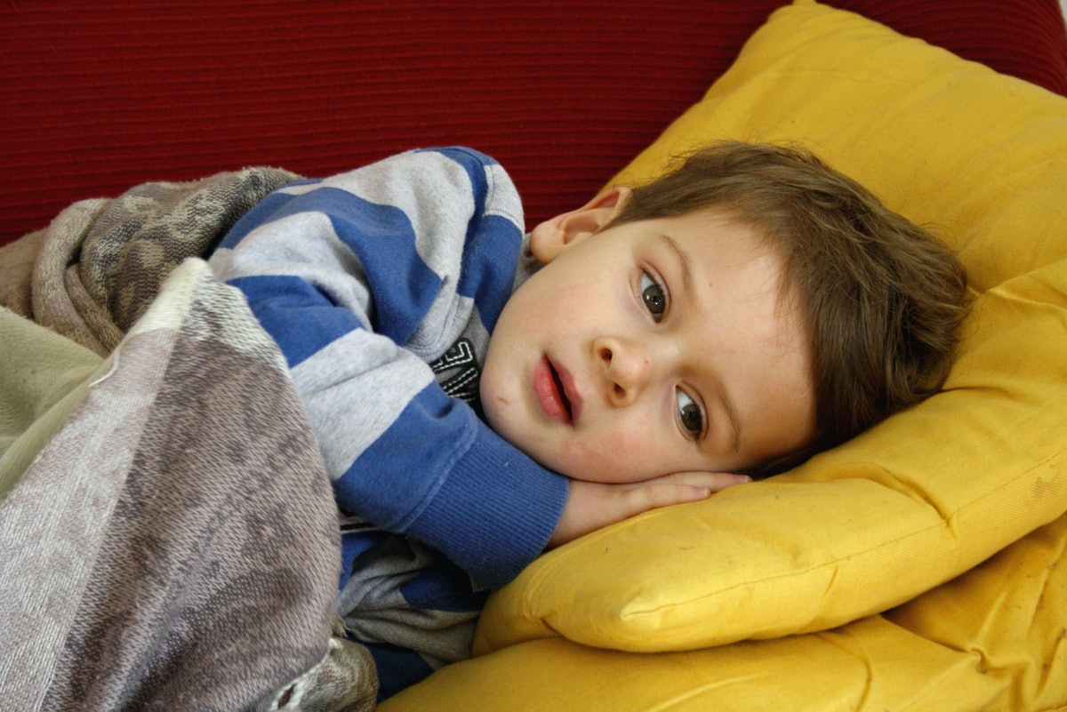 Что делать, если ребенок просыпается, много ворочается, долго не может заснуть?