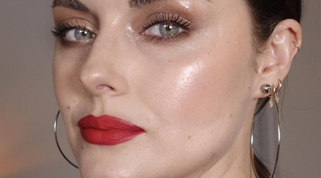 Glossy Makeup For Oily Skin Is Possible
