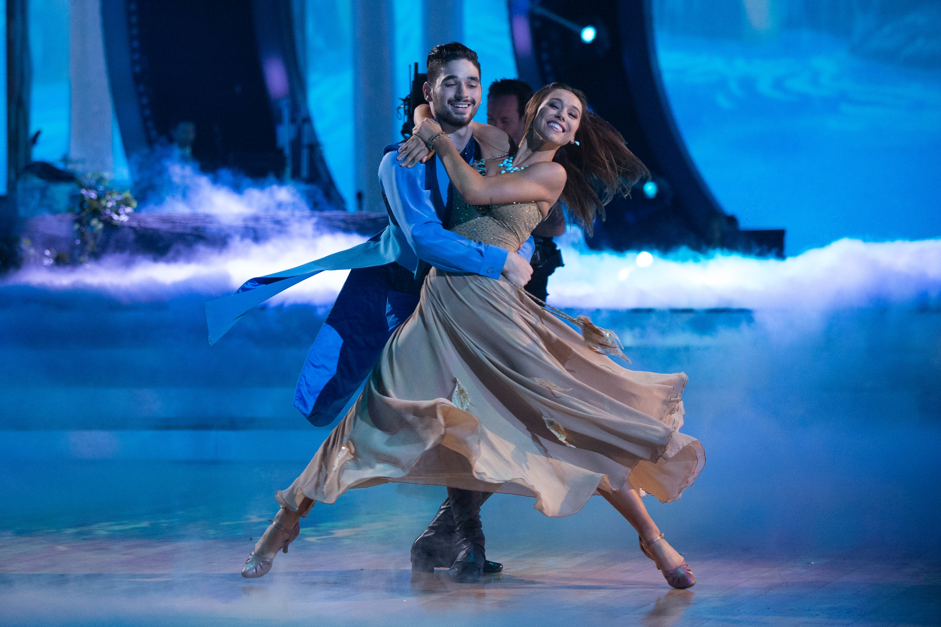 Who is really dating on dancing with the stars