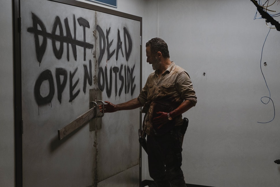 Risultato di immagine per morto aperto all'esterno che cammina morto