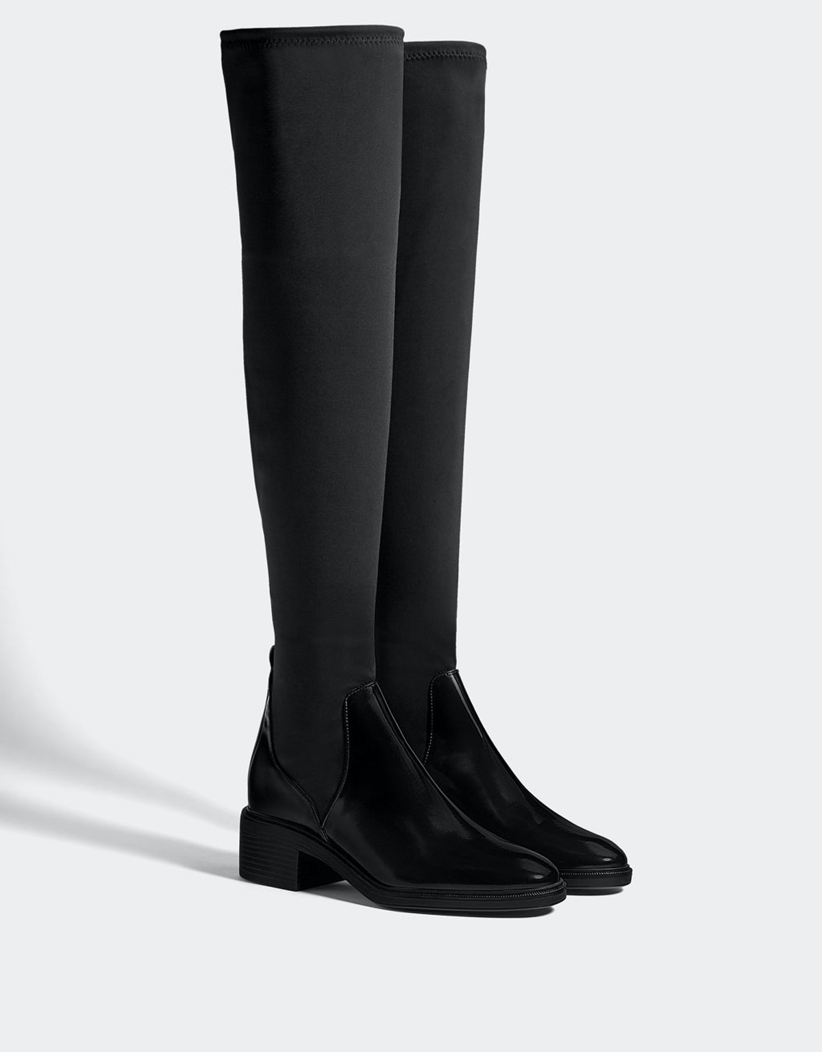 Contrasting flat boots