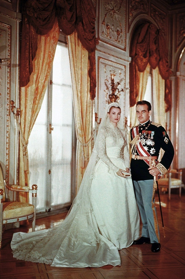 75d2a54f2c 5 Wedding Dresses Like Grace Kelly s That Are Equal Parts Timeless    Stunning