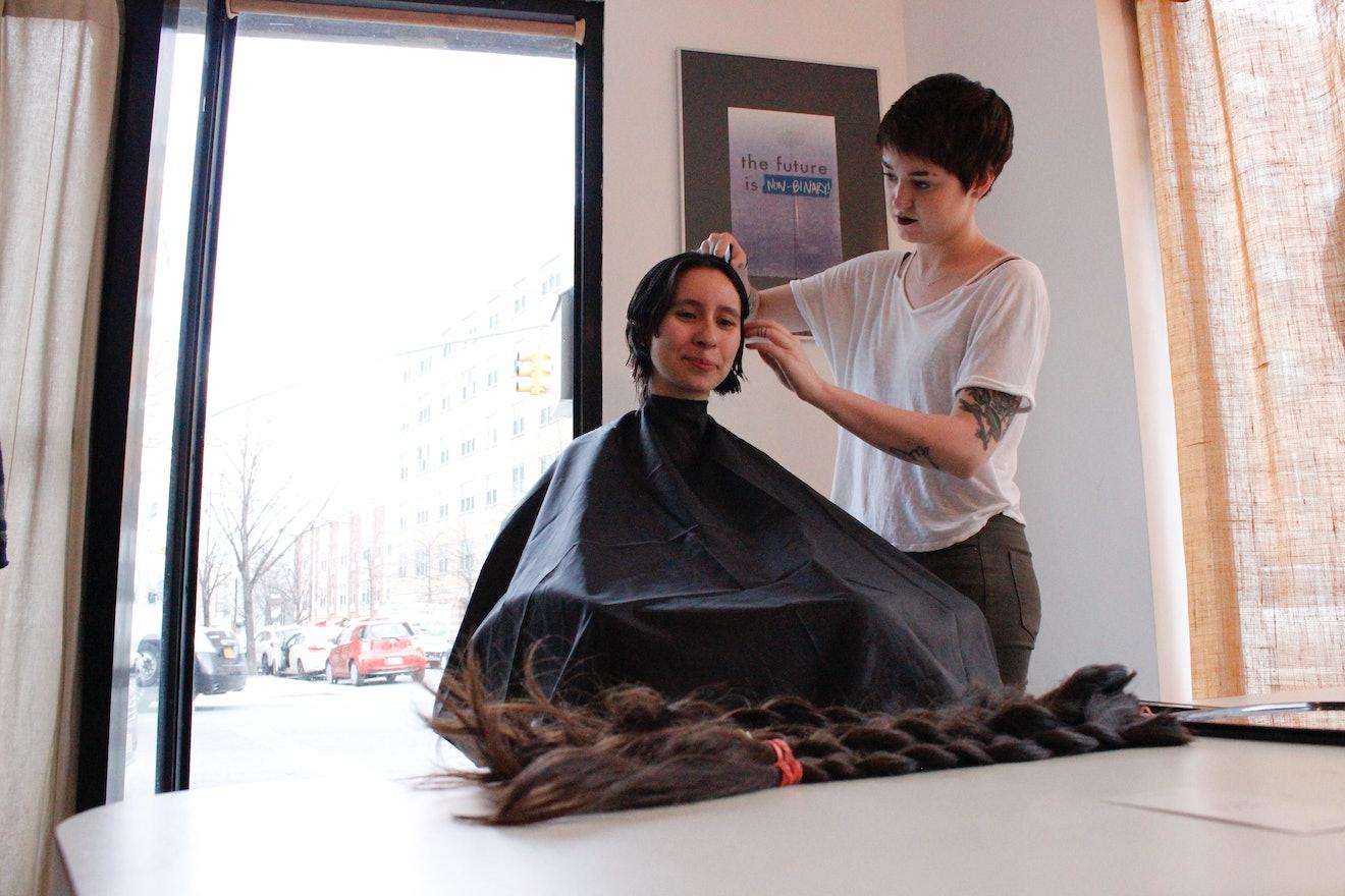 Haircut barbershop ladies in DashDividers_1_500x100_3