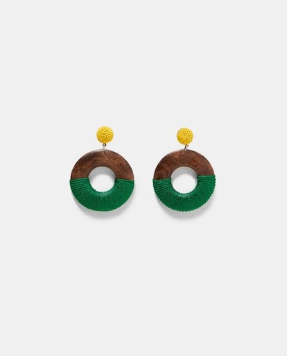 WOODEN EARRINGS WITH THREAD DETAIL