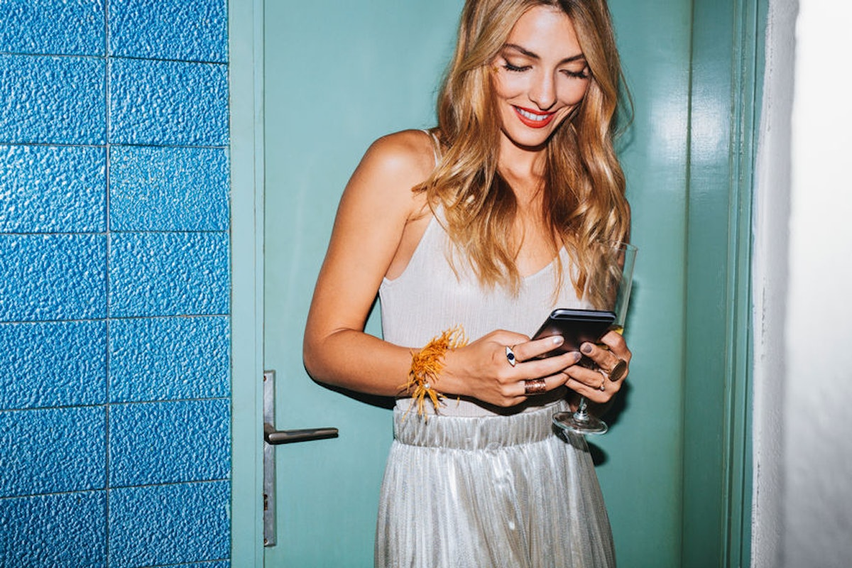 How To Talk To People On Tinder & Have Great Conversations, According To Science