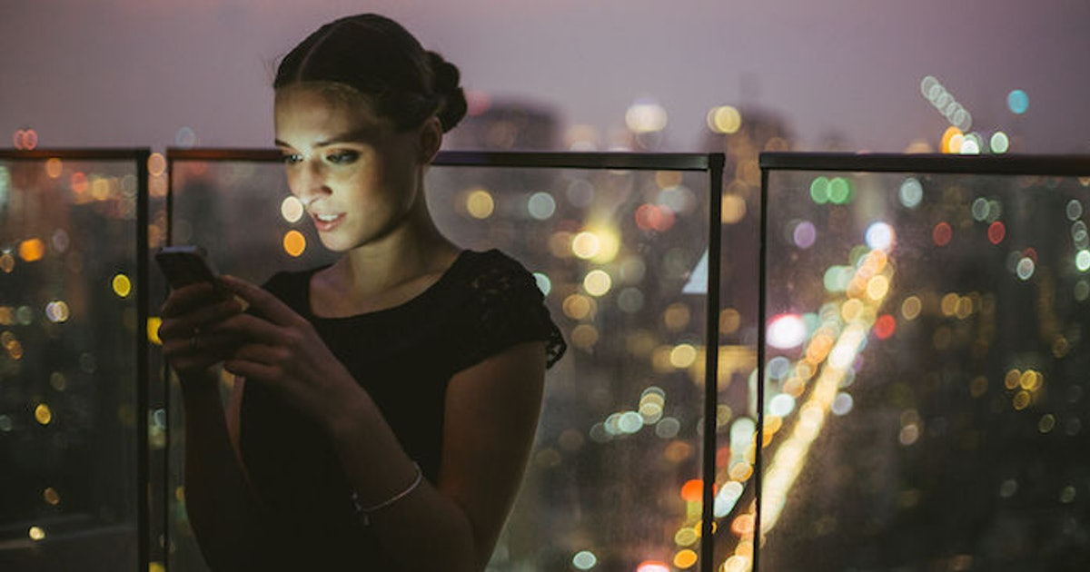 What To Text After A Great Date, According To A Dating Coach