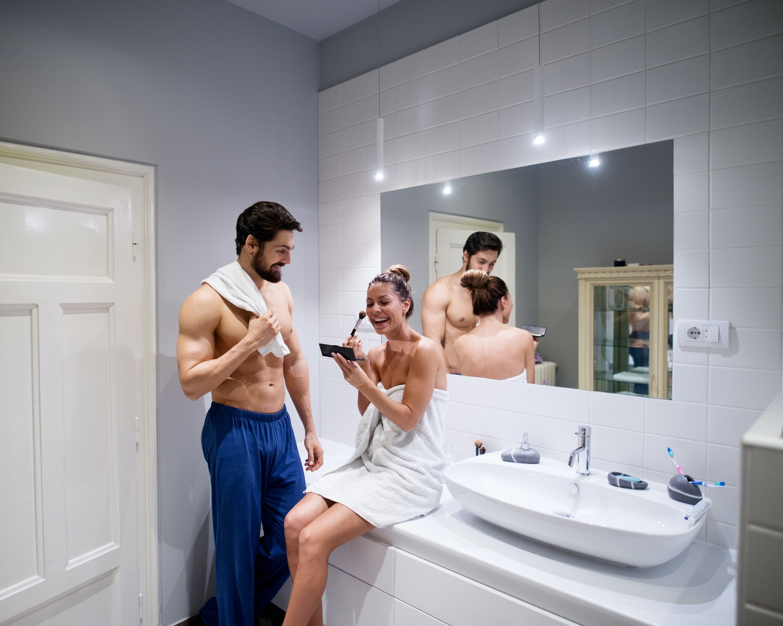 9 Things All Couples Should Vs Shouldn T Do In The Bathroom Together