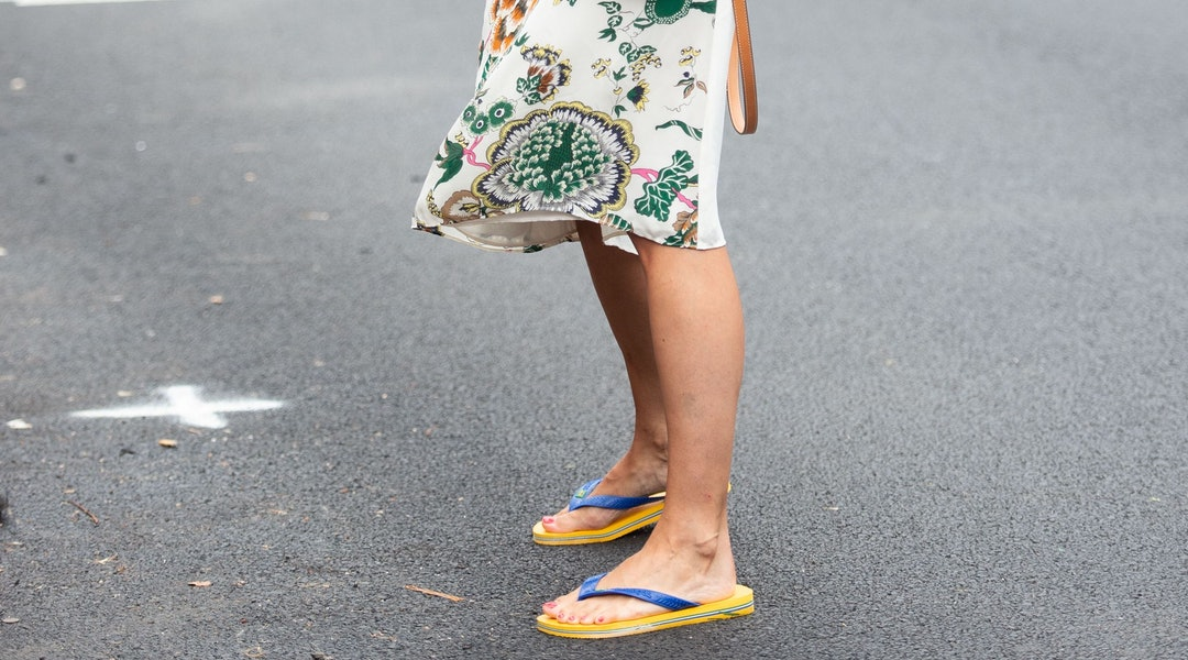 a2623919fe1a How to Wear Flip Flops