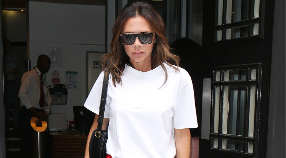 big sale fb5bc 10453 Victoria Beckham's White T-Shirt & Leather Pants Make The ...