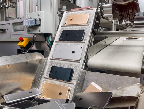 Apple's Daisy bot disassembles iPhones to help recycle materials.