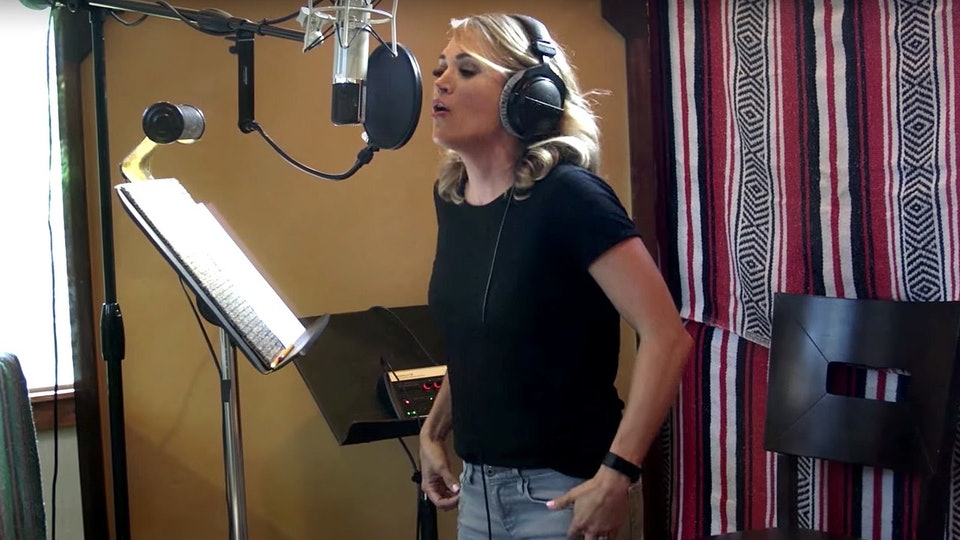 Carrie Underwood singing in the video for The Champion ft Ludacris