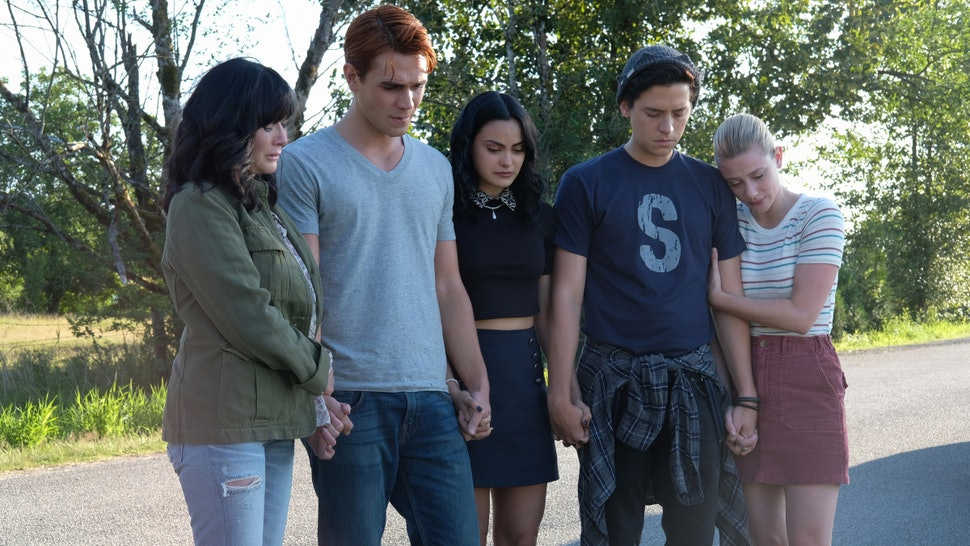 Shannen Doherty pays tribute to Luke Perry with the cast of Riverdale