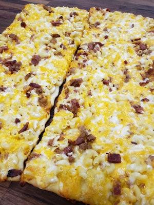 The Sam's Club Mac n' Cheese Flatbread in all of its glory.