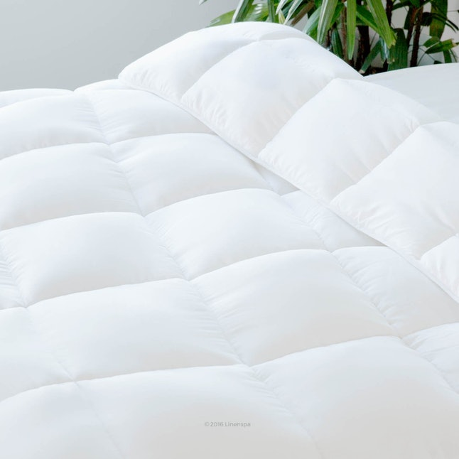 The box stitching on this cult-favorite comforter keeps the fluffy stuffing evening dispersed throughout the the blanket.