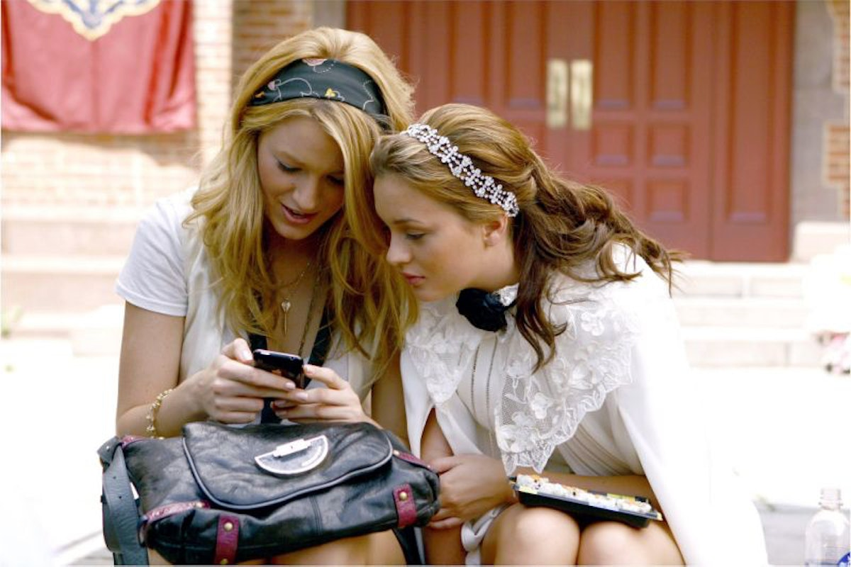 Serena (Blake Lively) and Blair (Leighton Meester) on a phone on 'Gossip Girl'