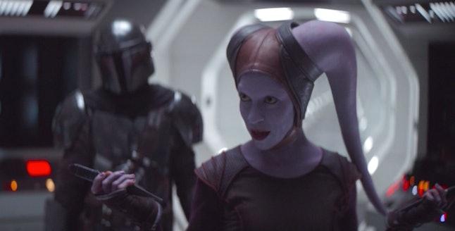 Pedro Pascal as Mando and Natalia Tena as Xi'an in The Mandalorian